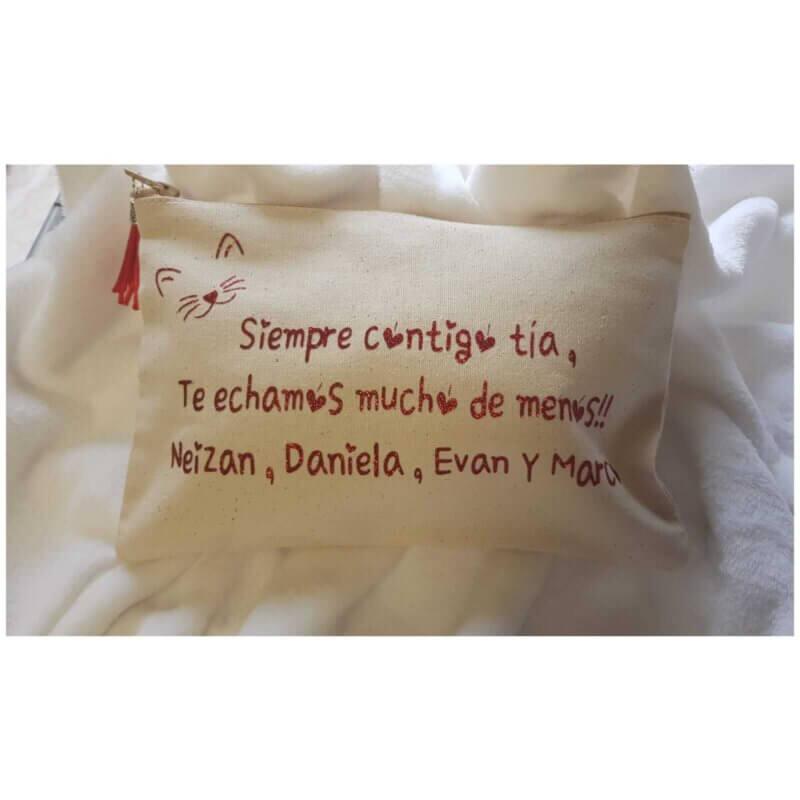 https://www.porlanovia.es/wp-content/uploads/2020/04/neceser-personalizado-regalos-personalizados-regalos-para-invitados.jpeg